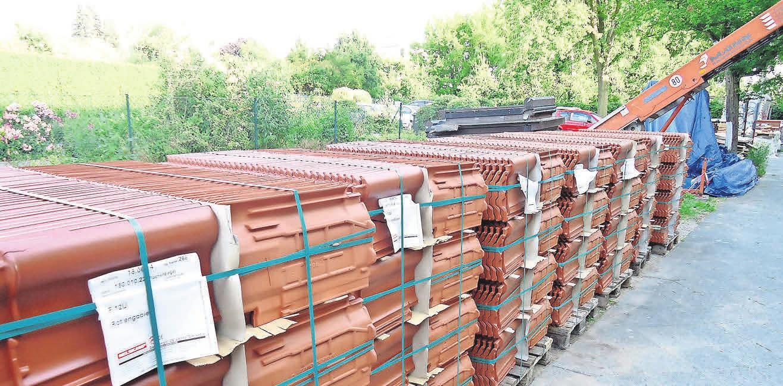 Neue Ziegel für die Dachsanierung? Zahlreiche Aufwendungen können abgerechnet werden.     Foto: Busche
