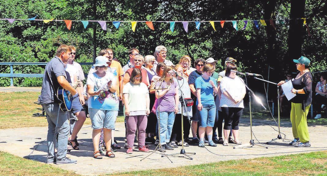 Stimmung beim Sommerfest: Der Marli-Chor singt und musiziert für die Besucher. Fotos: Marli GmbH