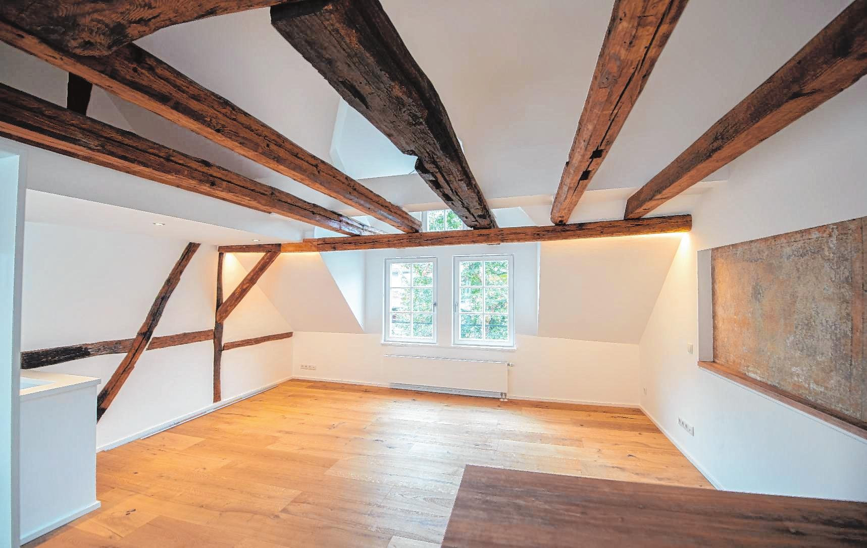Hell und offen: Blick ins Obergeschoss des sanierten Fachwerkhauses. Rechts ist der erhaltene Teil des alten Wanddekors zu sehen.   Bild: Thomas Neu