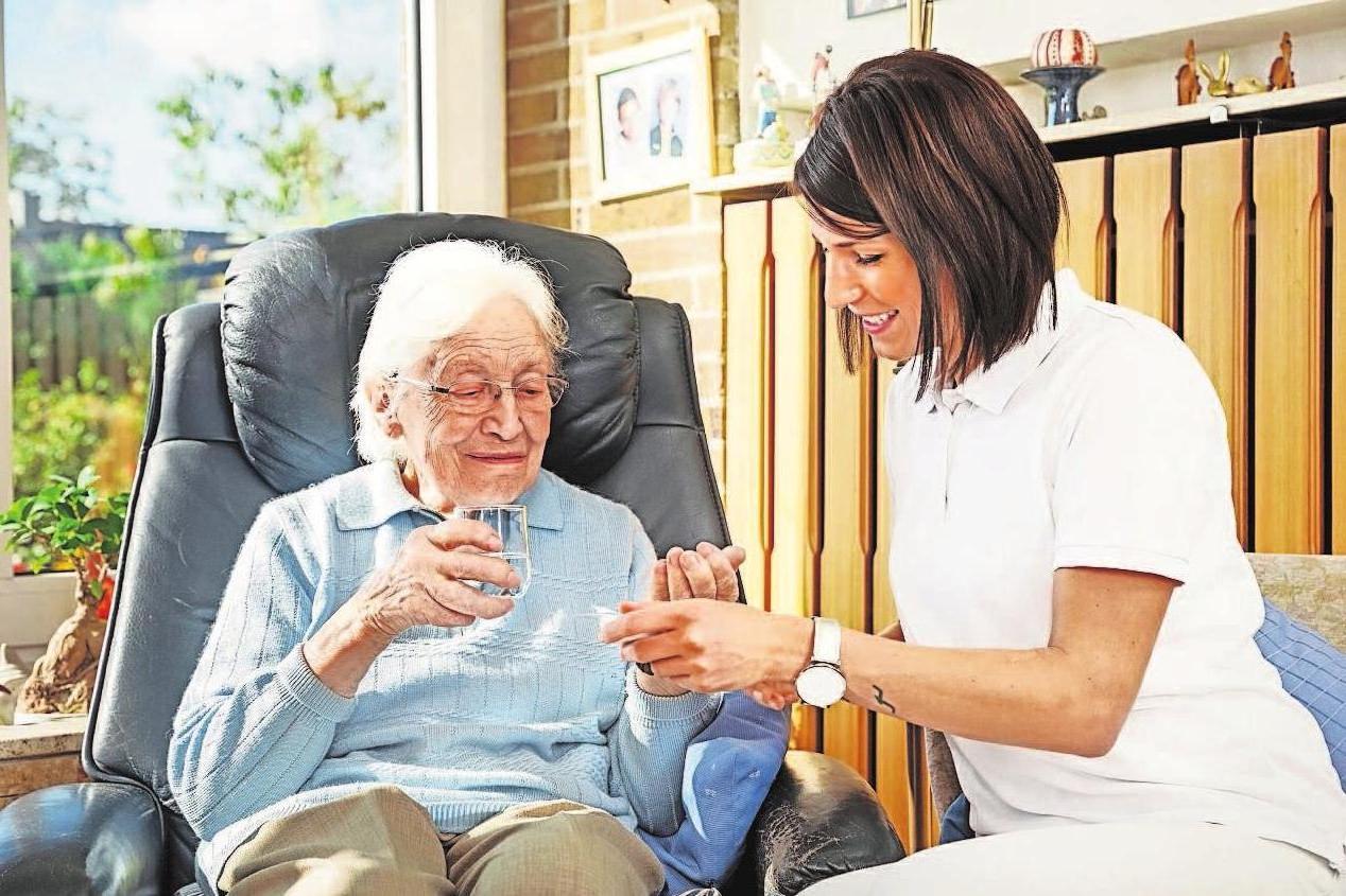 Rund 2,9 Millionen Menschen erhalten ambulante Leistungen laut der Geschäftsstatistik der Pflegekassen und der privaten Pflege-Pflichtversicherung. Foto: Adobe Stock/Ingo Bartussek