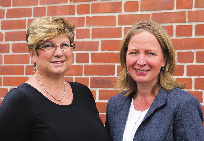Auch Bargteheides Bürgermeisterin Birte Kruse-Gobrecht (re.) und Bürgervorsteherin Cornelia Harmuth (li.) gratulieren zum Jubiläum. Foto: Hübner/Stadt argteheide