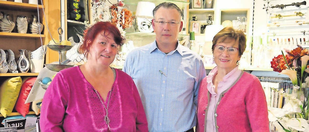 Stehen ihren Kunden gern beratend zur Seite: Mitarbeiterin Bettina Kreymeyer (von links) sowie Oliver und Brunhilde Preuß.