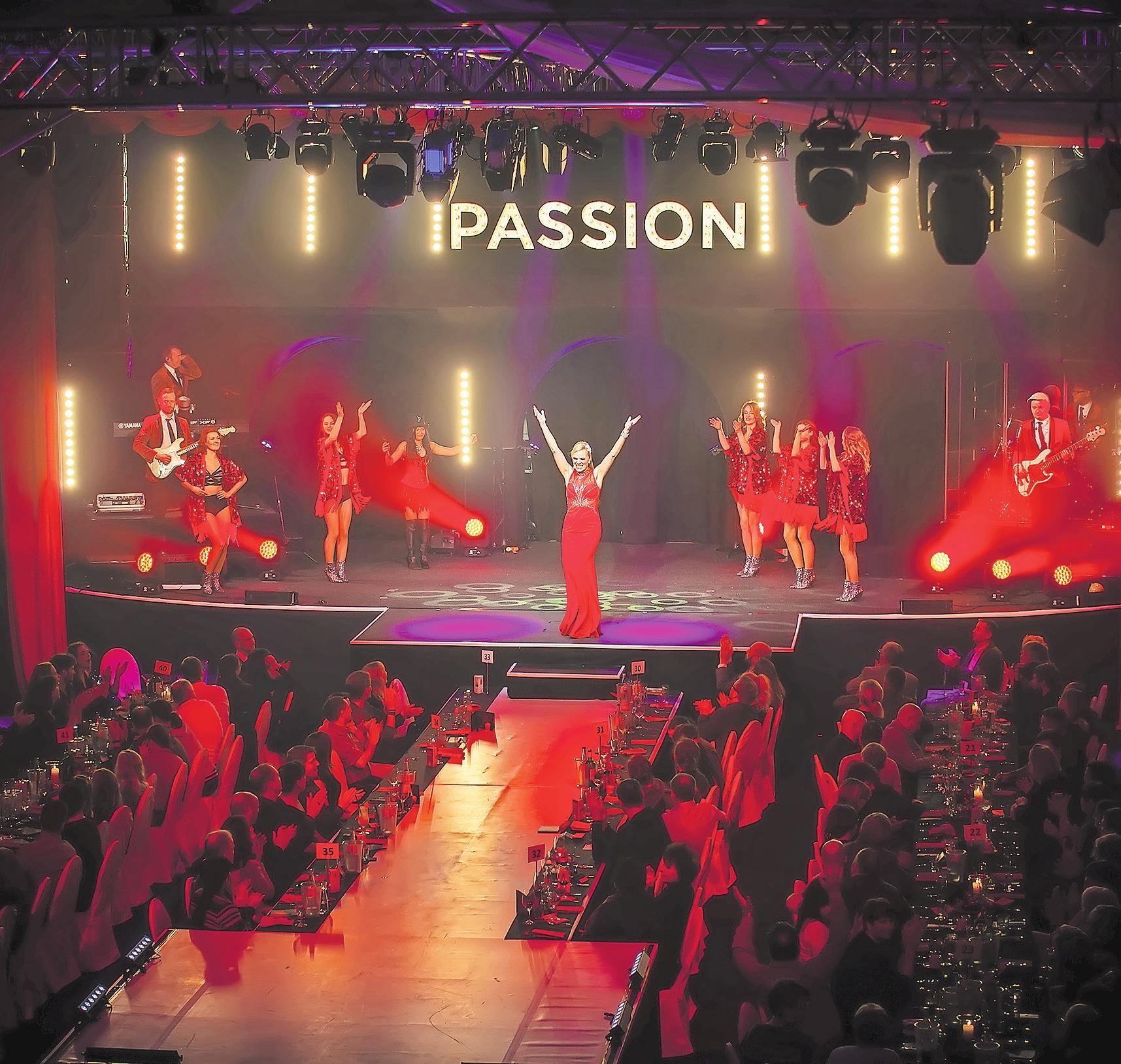 """Premiere Dinnershow """"Passion"""" im Leipziger Stadtbad. Diva La Kruttke mit Showband Nightfever und Showballett Tabasco Dos Foto: P. Kumbier"""