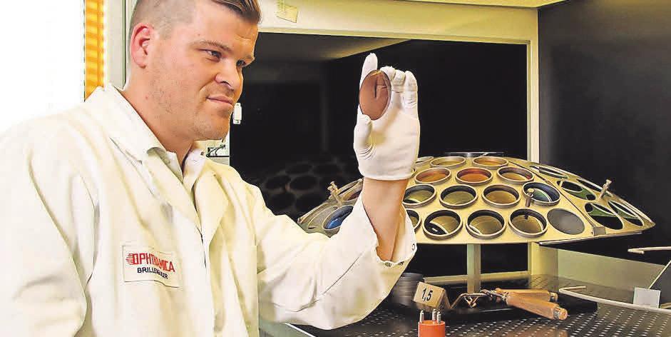 Nach dem Beschichtungsprozess unterzieht Christopher Frank die beschichteten Linsen von Ophthalmica einer gründlichen Qualitätskontrolle. FOTO: OPHTHALMICA