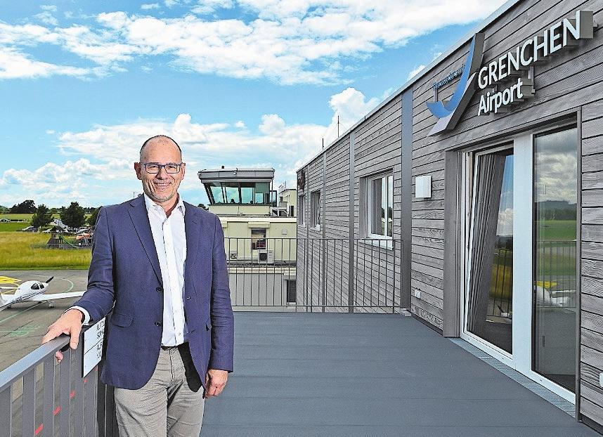 Flughafendirektor Ernest Oggier auf der Galerie des neuen Gebäudes.