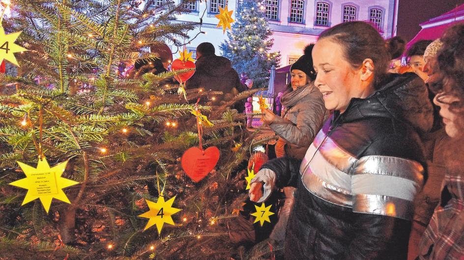 """Anderen etwas Gutes tun: Die Aktion """"Wunschbaum"""" lädt zum Mitmachen ein.FOTO: AXEL PRIES"""