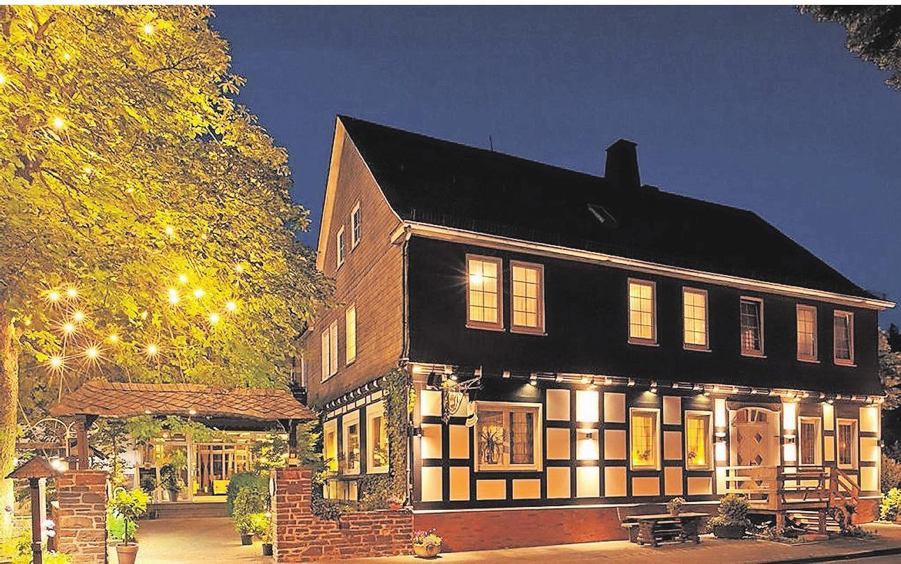 Stilvoll illuminiert strahlt der Sauerländer Hof auch abends Gemütlichkeit aus. Gäste sollen sich in dem Landhotel wohlfühlen und entspannen. Foto: Klaus-Peter Kappest