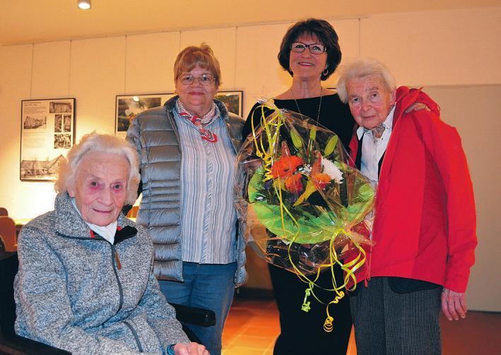Ursula Huneke inmitten ihrer Schützlinge aus dem Seniorenheim Togohof Fotos: Dörte Hoffmann