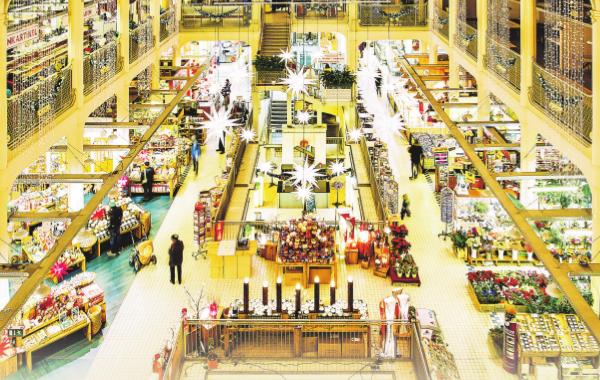 Die Neustädter Markthalle beeindruckt mit ihrer Architektur und der Vielfalt der Geschäfte
