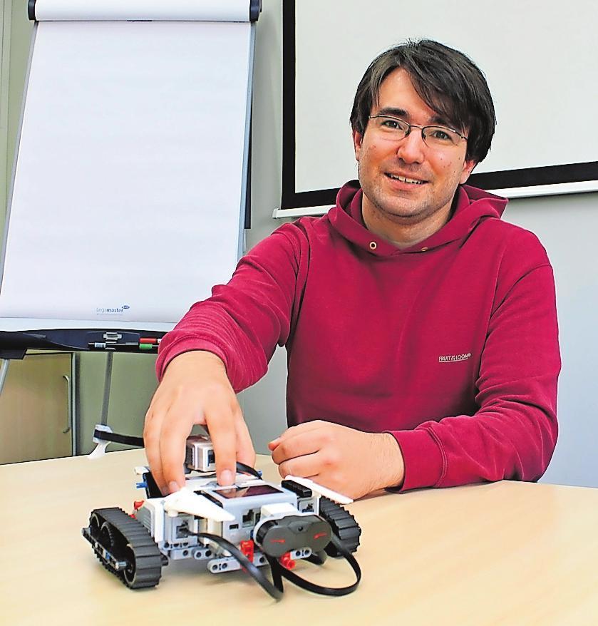 Die neueste Generation: Thomas Eickhoff vom Lehrstuhl VPE zeigt einen der neu gekauften Roboter, die beim Wettbewerb eingesetzt werden. FOTO: MONIKA KLEIN
