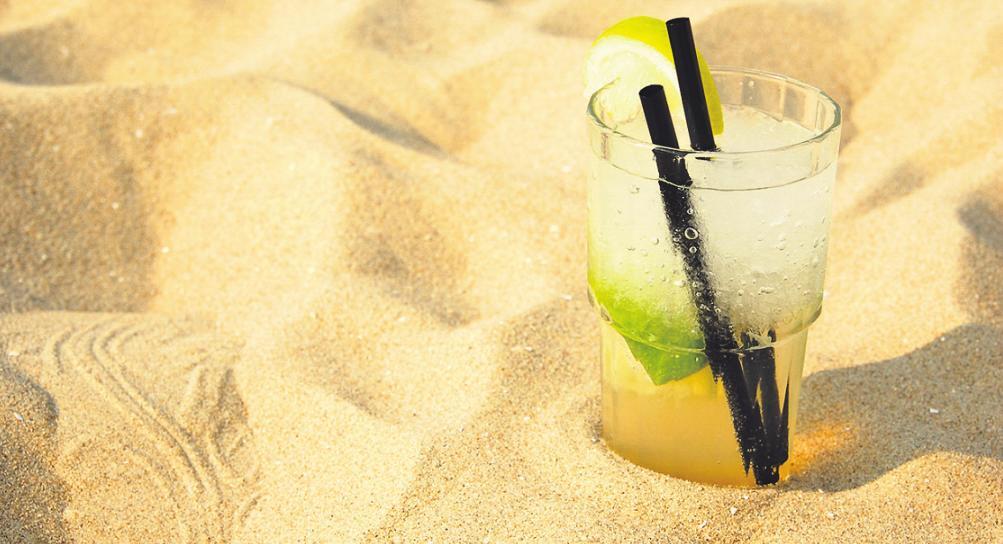 In der Sonne einen Cocktail zu genießen, ist reizvoll. Oft bleiben die Überreste aber liegen. Foto: S.H.exclusiv/stock.adobe.com