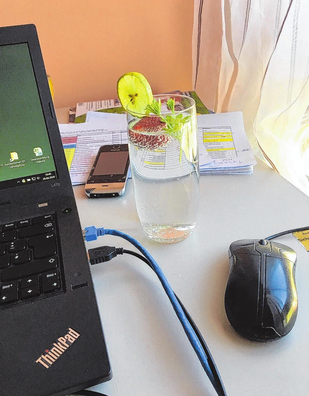 Auf den Schreibtisch im Home-Office gehört nicht die Nüsschenschale; eher das Glas mit Mineralwasser und ein paar raffinierten Extras für den Geschmack. Foto: cmi