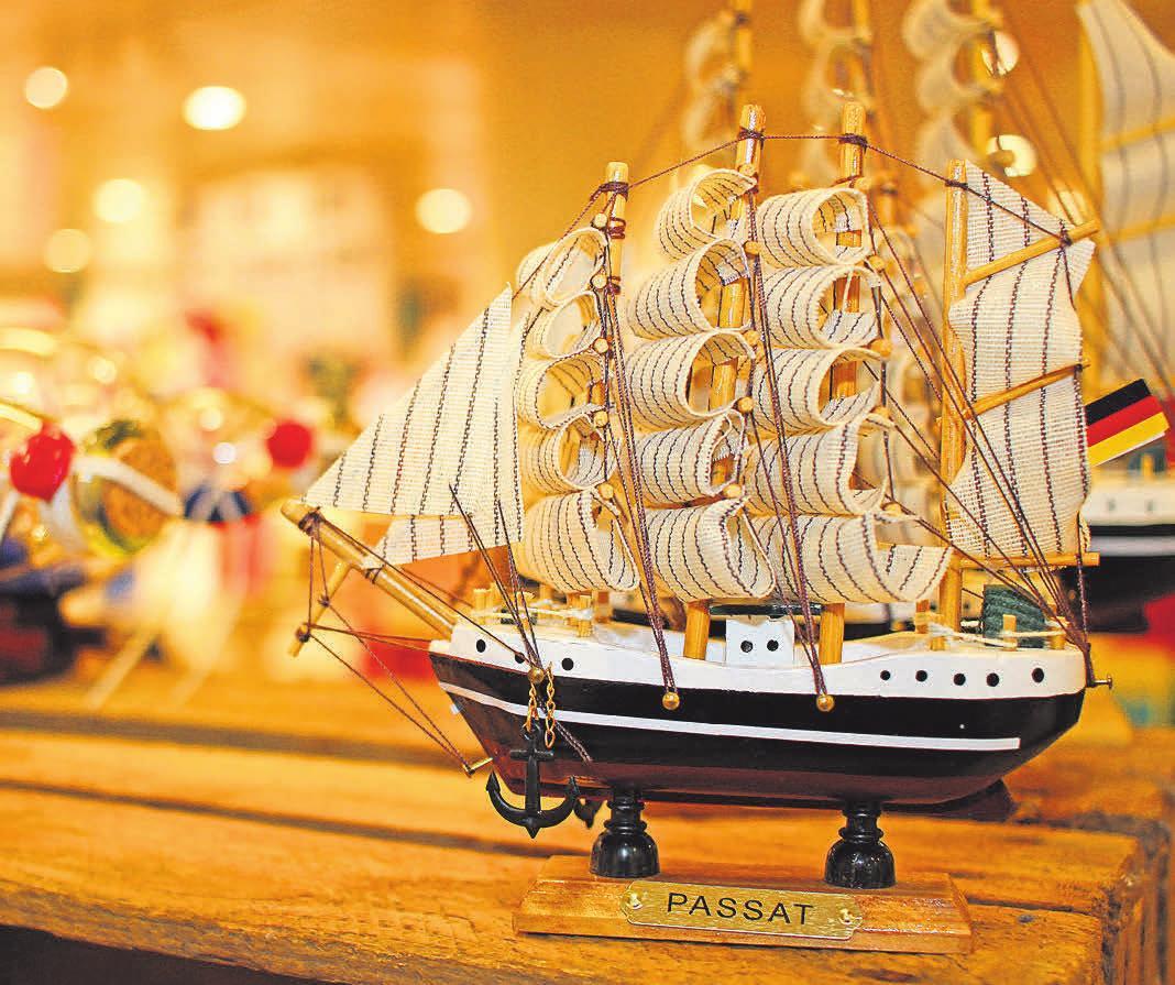 Bei den liebevoll gestalteten Modellen berühmter Segelschiffe schlagen die Herzen von Nautik-Liebhabern höher. Fotos: pa