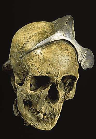 Schräg. Die Diademe der vornehmen Frauen von El Argar in Spanien wurden als Krone oder wie auf dem Foto getragen.