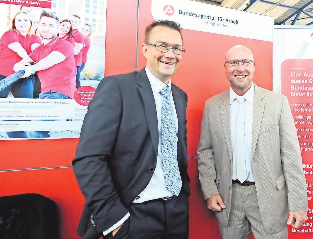 Volker Basche und Boris Müller (v.l.) informieren die Besucher auf der Ausbildungsmesse.FOTO: GERLINDE IRMSCHER