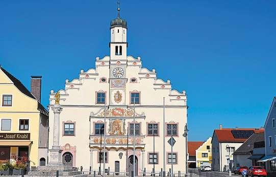 Geschichte, Natur und Kultur: Das alles und noch viel mehr ist Gaimersheim. Oben das Rathaus, darunter die katholische Pfarrkirche und die Mariensäule am Marktplatz. Fotos: Mayer