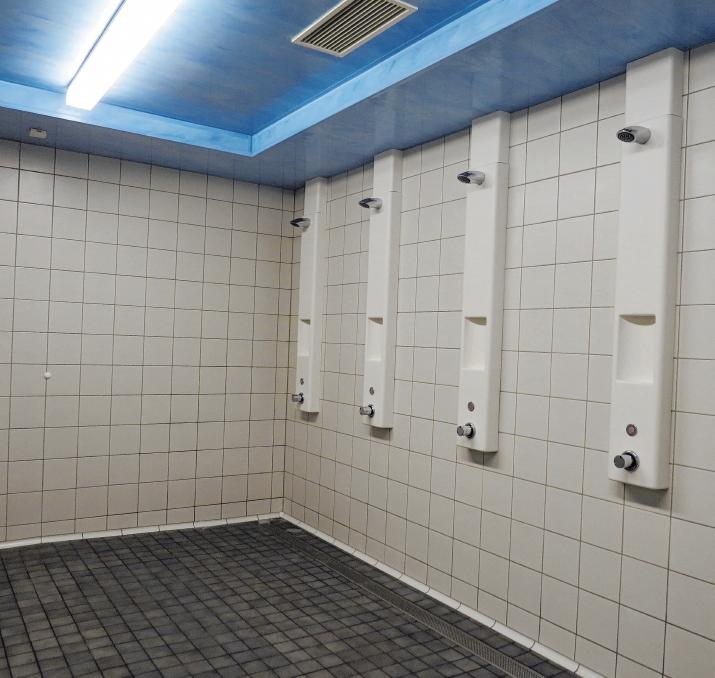 Die sanierte Dusche für die Badegäste.