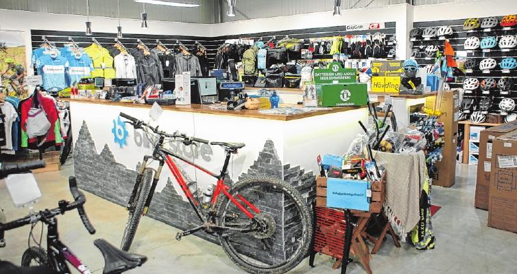 Zweiräder in Hülle und Fülle: Für die Anhänger von Fahrrädern bietet der Haßfurter Bike-Store alles, was das Herz begehrt. Von Mountainbikes über Cross- und Gravelbikes bis hin zu den immer beliebter werdenden E-Bikes – das Sortiment braucht kaum einen Vergleich zu scheuen. Und wenn einmal ein kleines Malheur passiert: Die hauseigene Werkstatt hilft gerne. FOTO: HORST MEIER