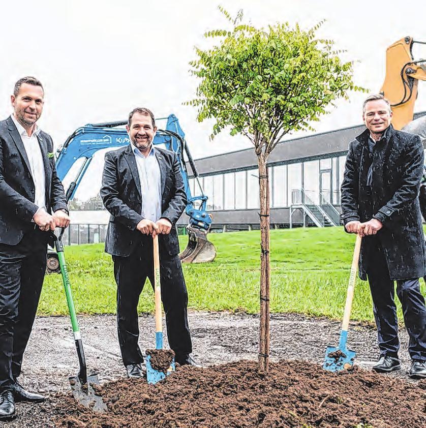 Auch Loxone investiert, von links: Martin Öller, Thomas Moser, GF Rüdiger Keinberger Foto: Loxone/Stoebic