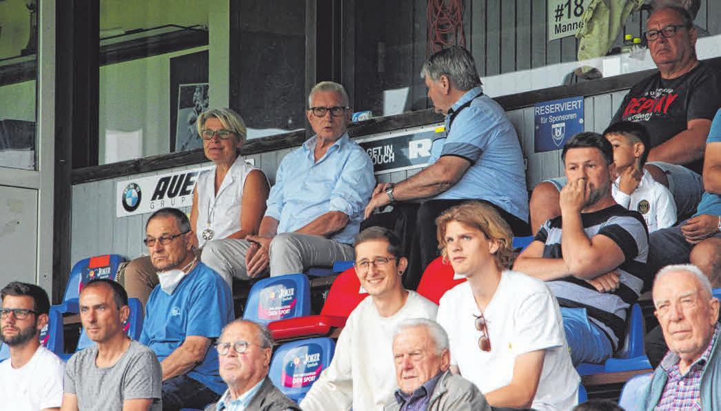 FV-Vorstand Roland Reischmann (2.v.l.) sitzt neben seiner Frau Renate auf der Haupttribüne. Coronabedingt müssen zur neuen Saison immer zwei Sitzplätze freigelassen werden.