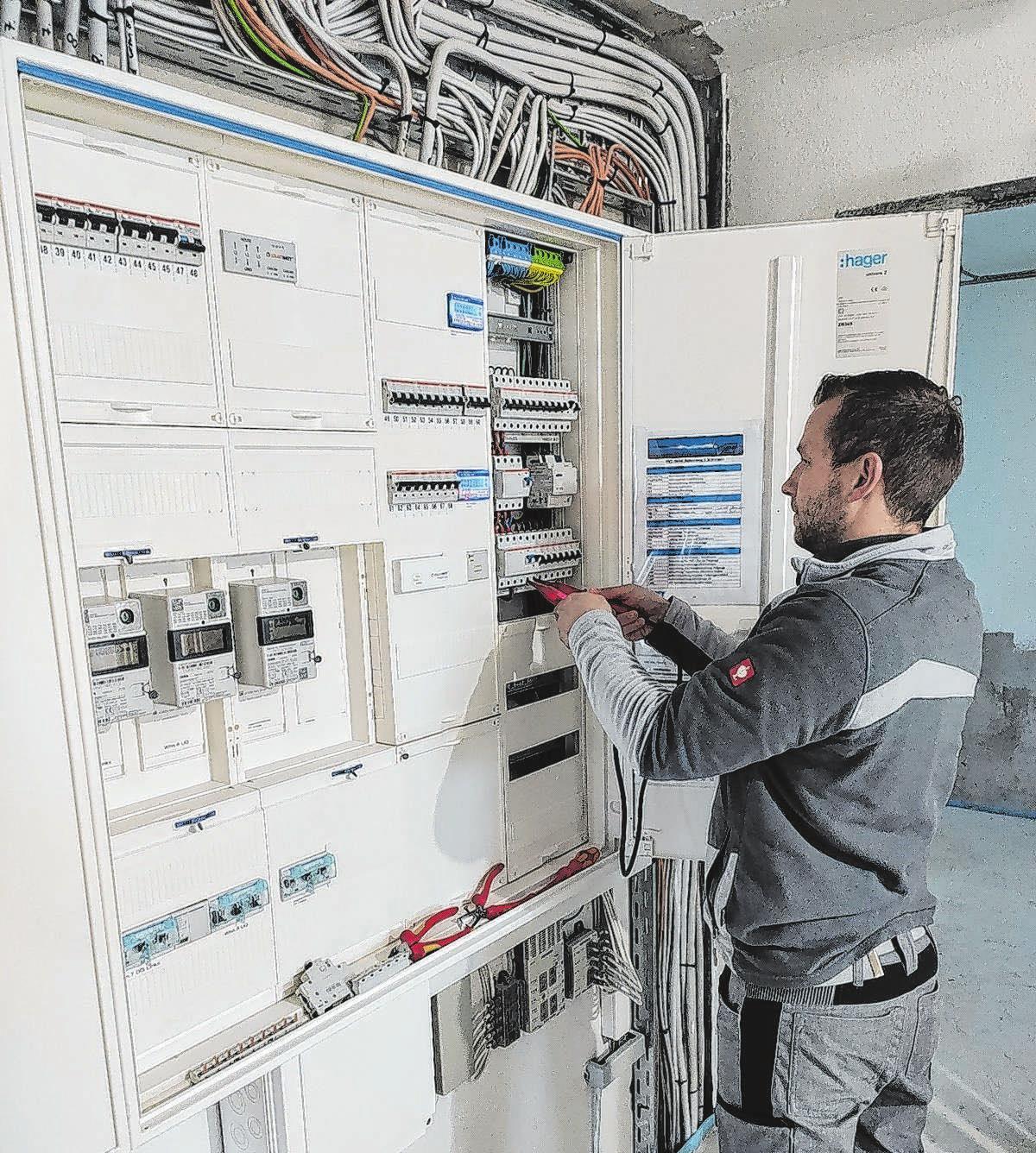 Ob herkömmliche Elektrik oder computergesteuerte Systeme, die Mitarbeiter bilden sich ständig fort, kennen sich in allen Bereichen aus.