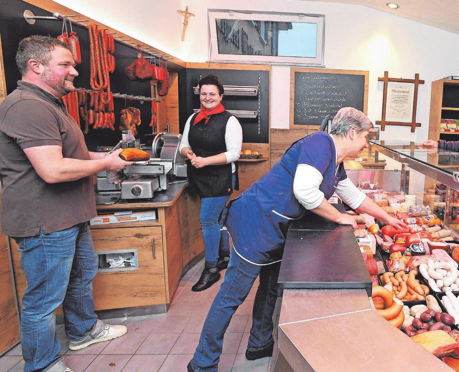 Markus Maier, seine Schwester Gabi Maier (Fleischereifachverkäuferin und Verkaufsleiterin im Fleischerhandwerk) und Mutter Josefa Maier (von links) im neuen Metzgerei-Verkaufsraum mit großer Glastheke. FOTO: BERND BAUR