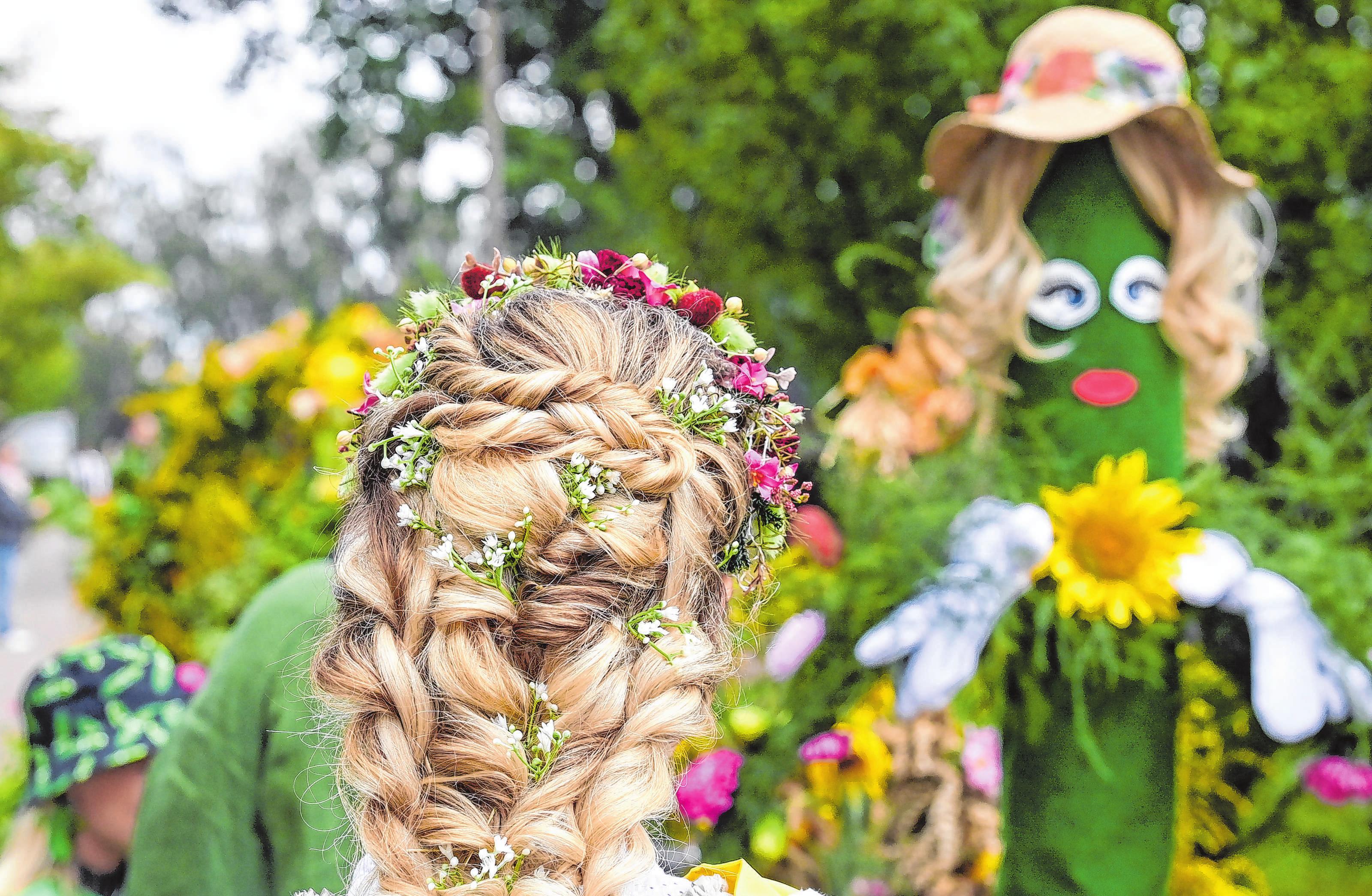 Wer hat hier wohl wen zur Frisur inspiriert? Blumenschmuck im Haar dürfte auch in Walsleben ein Thema sein.