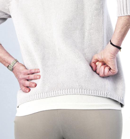 Besonders häufig sind ältere Menschen von Schmerzen in der Hüfte betroffen Bild: B. BOISSONNET / BSIP