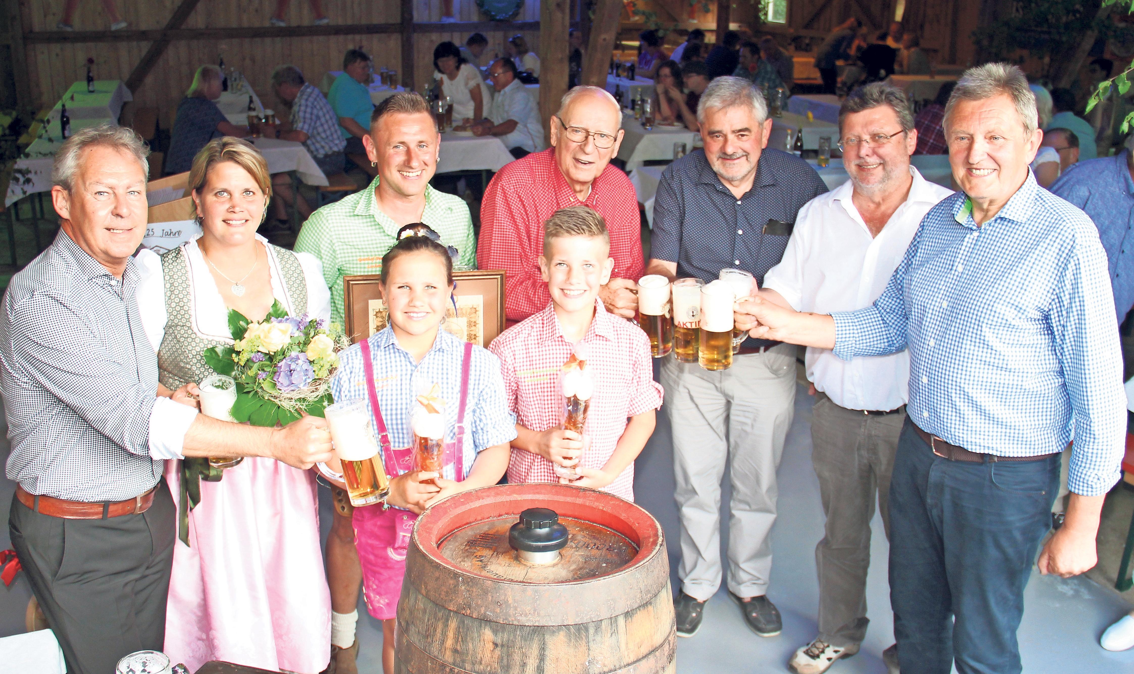 Seit 125 Jahren bezieht der Pensenhof sein Bier von der Brauerei Maisel. Das wurde im Juni mit zahlreichen Ehrengästen, darunter der Seniorchef der Brauerei Oskar Maisel (hinten MItte) sowie Landrat Hermann Hübner, Weidenbergs Bürgermeister Hans Wittauer und zweiter Bürgermeister Günter Dörfler (von rechts) gefeiert.