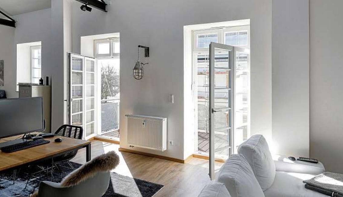 Neue Fenster sehen nicht nur schick aus, sondern sparen auch ordentlich Energie. Sie sollten aber unbedingt zum vorhandenen Wärmedämmsystem des Raumes oder des ganzen Hauses passen. FOTO: HFR