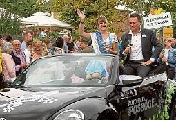 Freyburgs Bürgermeister Udo Mänicke mit Weinkönigin beim Festumzug. FOTO: KIRSTEN SEYFARTH
