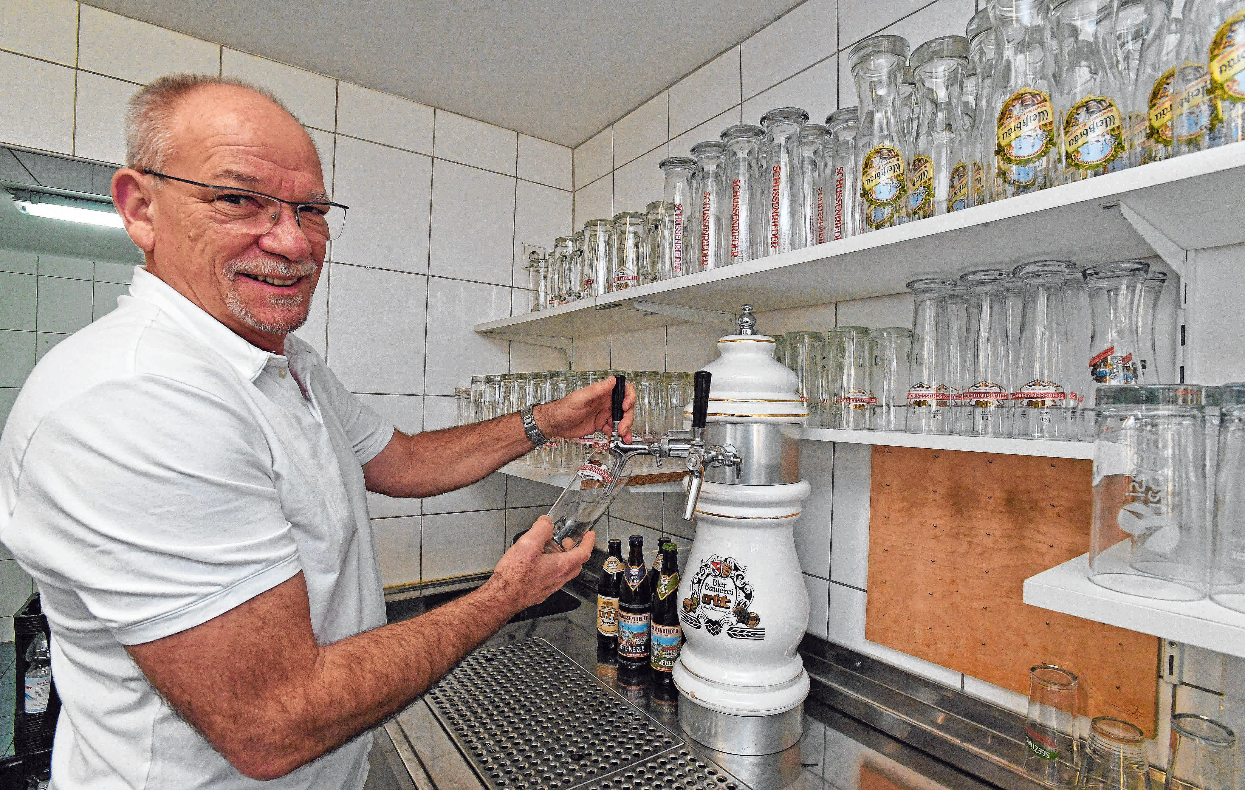 Der Chef selber zapft Bier.