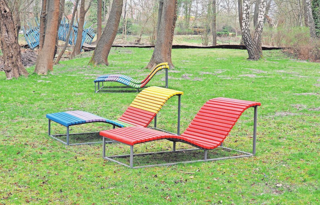 Laden zum Verweilen im Park ein: die bunten Sonnenliegen. Sie sollen noch weiter auseinandergerückt werden.