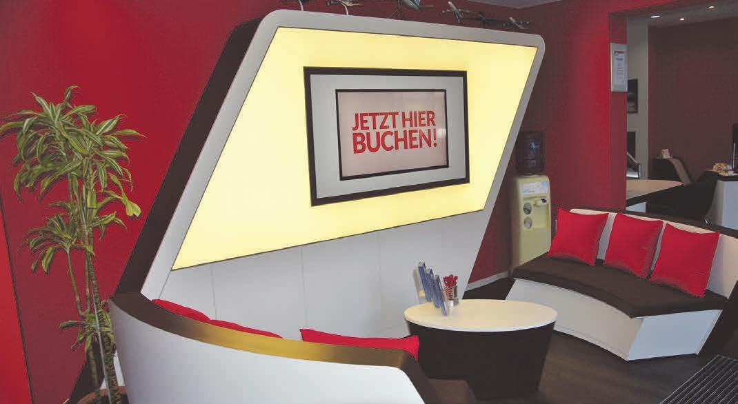 Futuristisch: In der Wartelounge können sich Besucher via Flatscreen über aktuelle Angebote informieren.