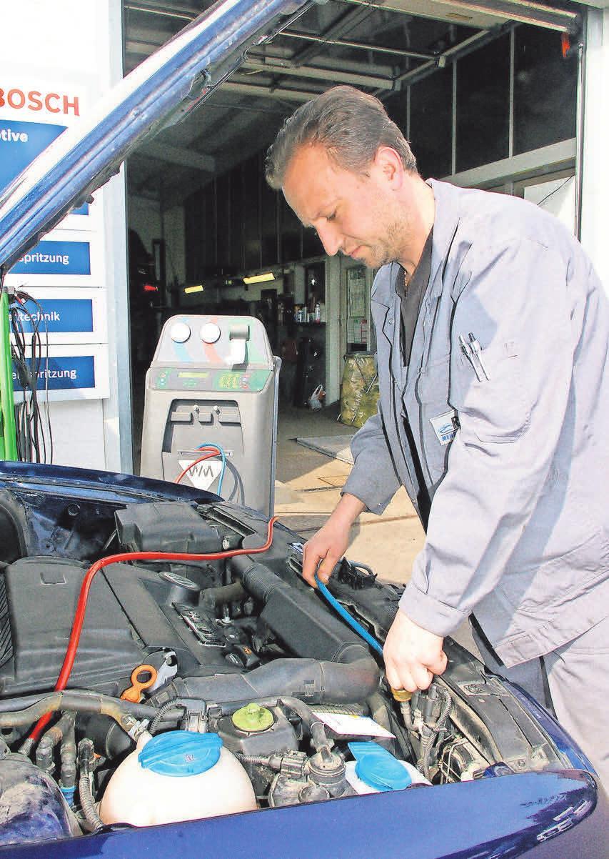 Rahlves-Mitarbeiter Johannes Weger überprüft ein Kundenauto. Foto: Rahlves