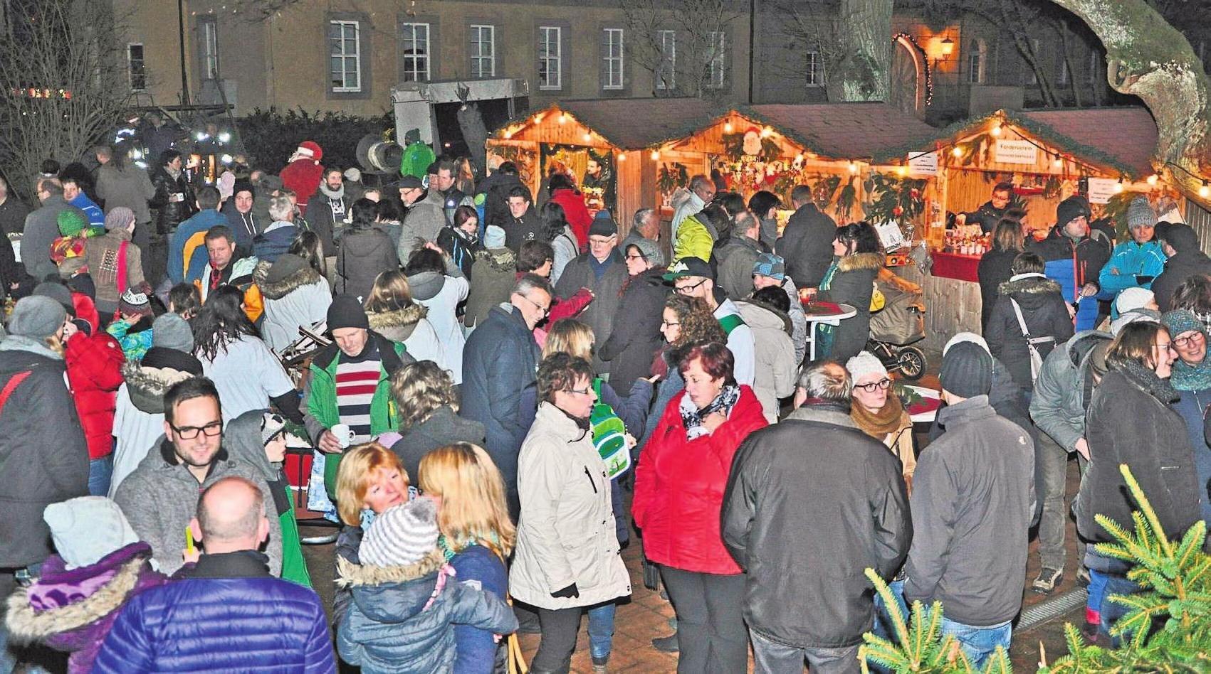 """Der """"Baderner Weihnachtsmarkt"""" im historischen Kurpark ist eine langjährige Tradition im kleinsten Heilbad Bayerns. Foto: Gemeinde Bad Alexandersbad"""