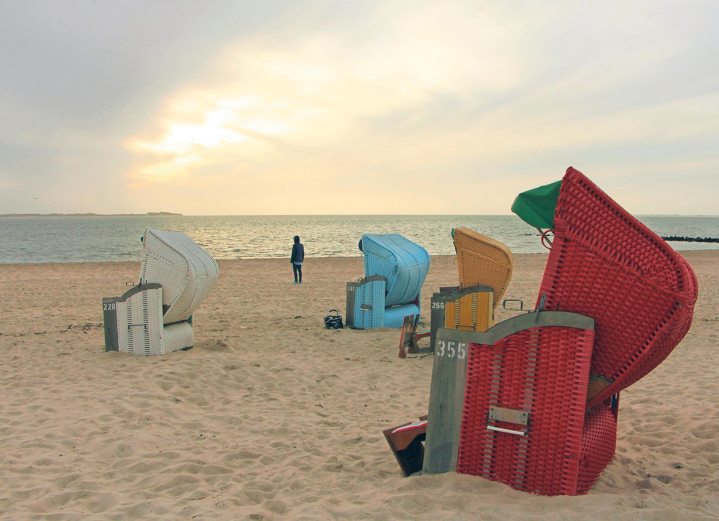 Strandkörbe bei Utersum an der Westküste – ebenso wie Sylt und Amrum gehört Föhr zu den Nordfriesischen Inseln. Fotos: Alexandra Frank/dpa-tmn