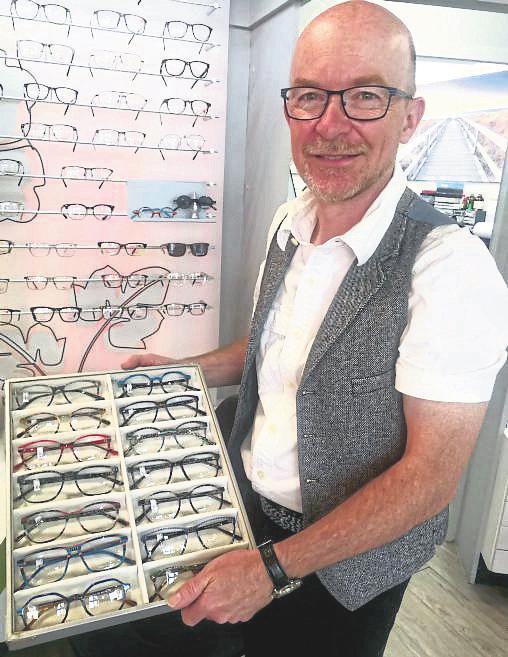 Thomas Metz von Der Brillenmacher Optiker Kühner zeigt aktuelle Kollektionen.