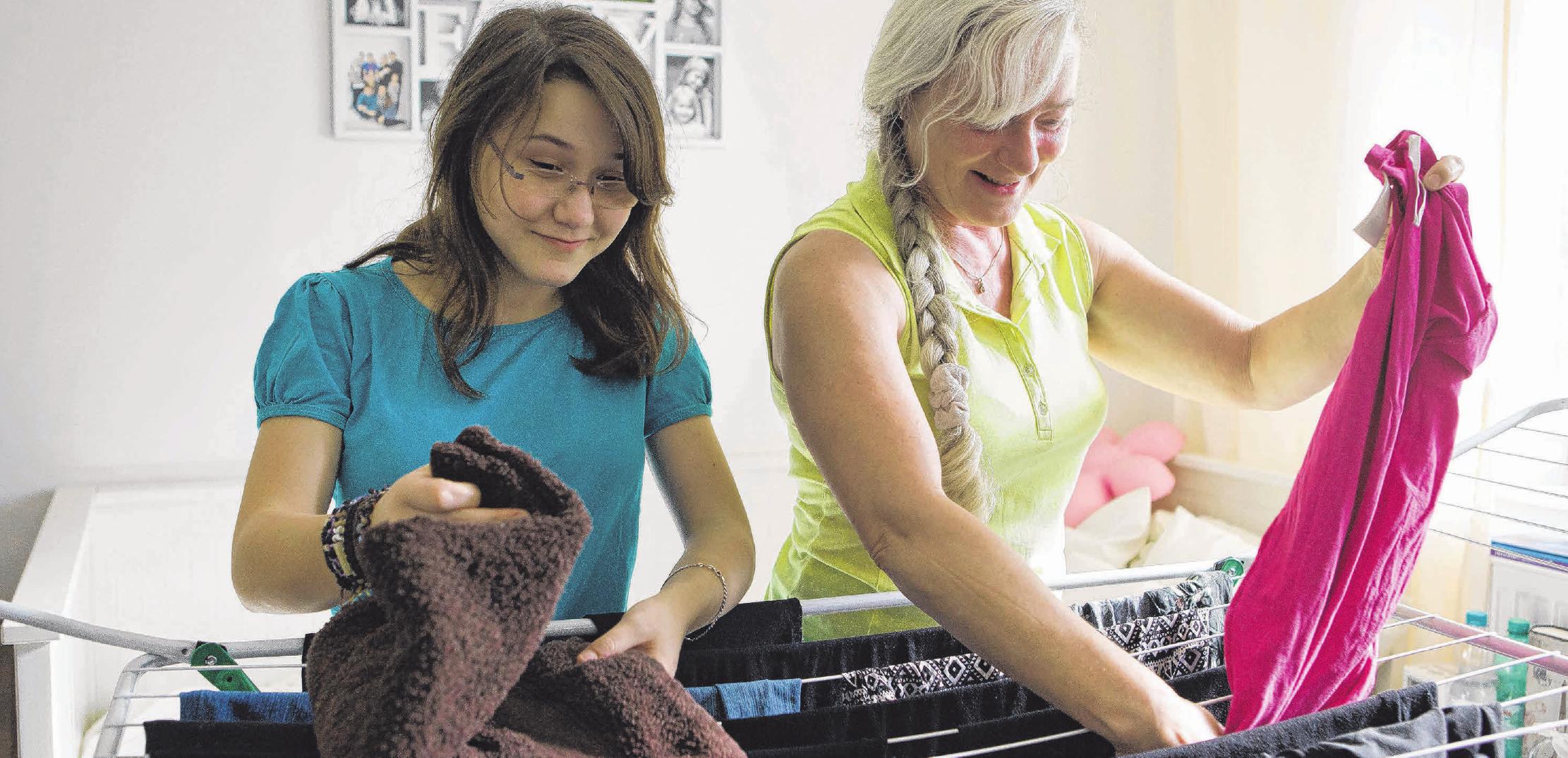 Wäschedienst oder Bad putzen: Wer während seiner Ausbildung noch zu Hause wohnt, sollte feste Aufgaben im Haushalt übernehmen. Foto: Silvia Marks/Archiv