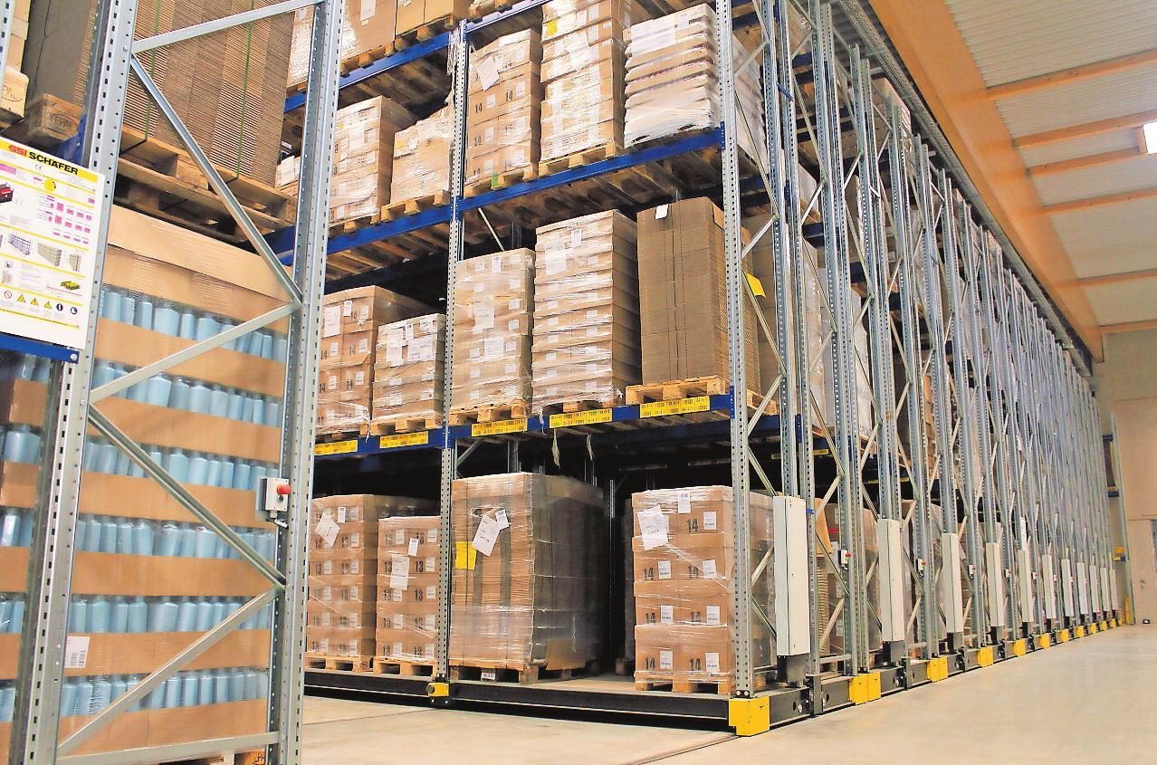 Bewegen sich auf Knopfdruck: Die Verschieberegale in einer der neu gebauten Hallen laufen auf Schienen und machen so Gänge zu den Lagerwaren frei. FOTO: MONIKA KLEIN
