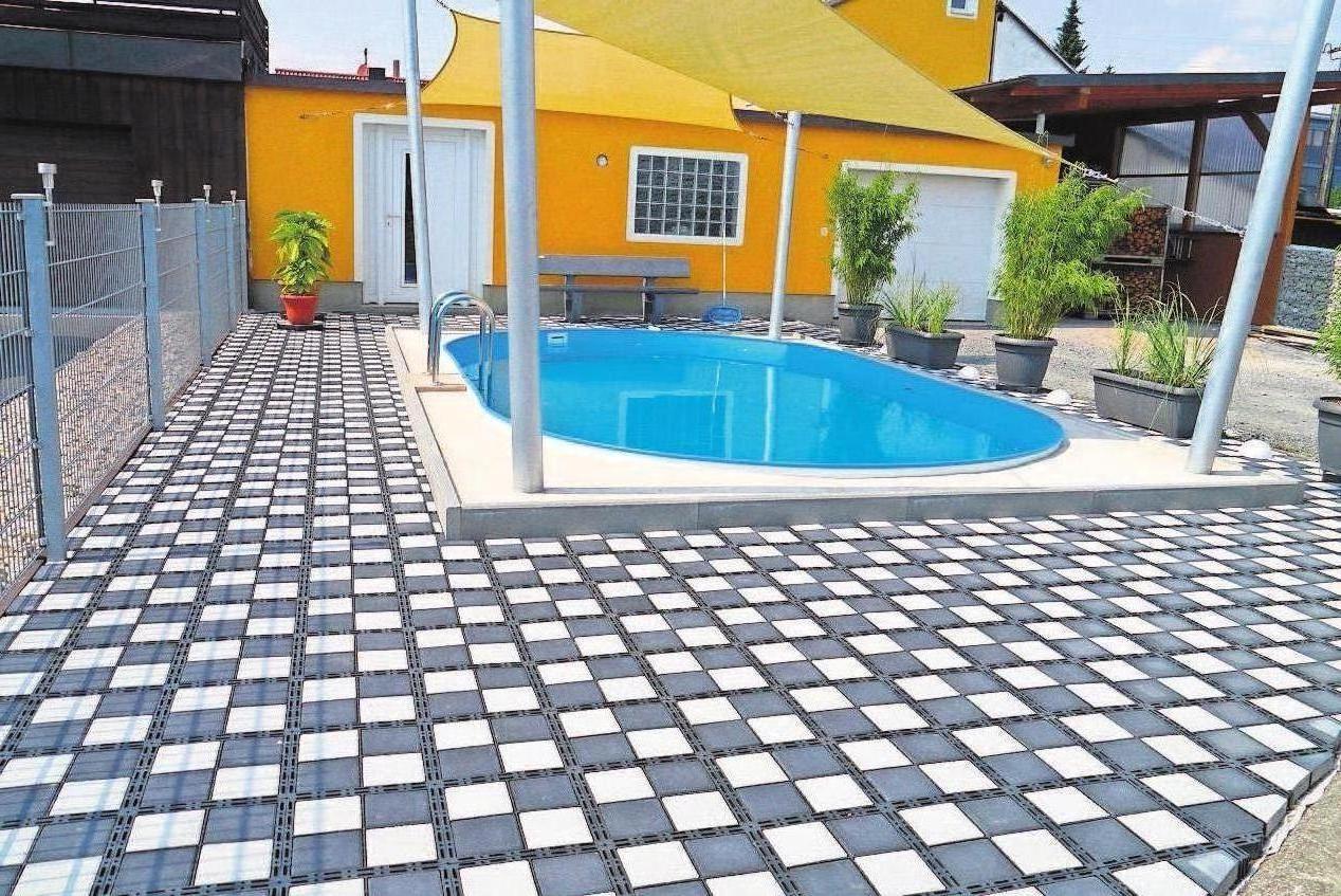 Die Umrandung eines Schwimmbassins mit Gittersteinen kann ein formschönes Gestaltungselement sein.
