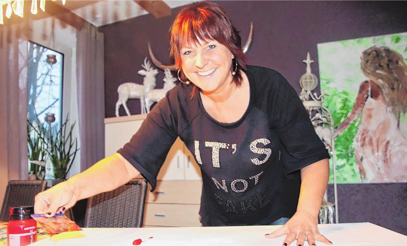 """Andrea Otterbach bezeichnet sich gern als """"Dekoqueen"""". Die Bilder, die sie sich an die Wand hängt, hat sie selbst gemalt. Foto: Ute Bartels"""