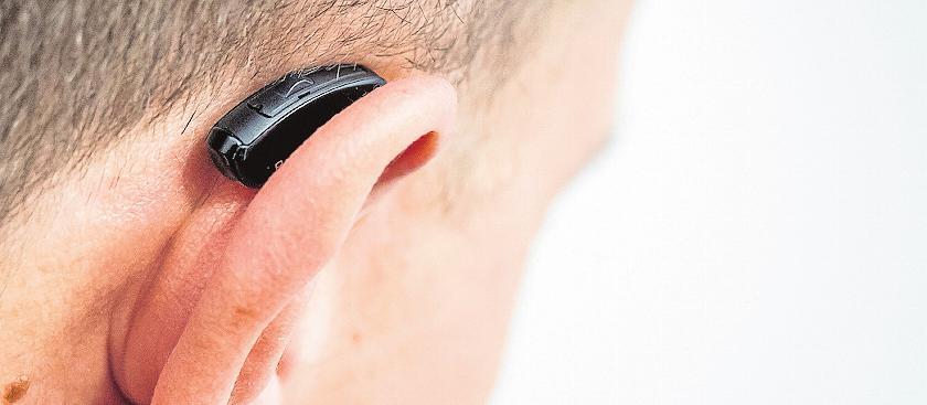 Die Lebensdauer eines Hörgeräts erhöhen: mit der richtigen Reinigung und Pflege. FOTO: ALEXANDER HEINL/DPA