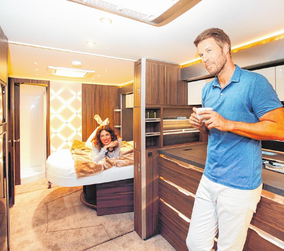 Dunkles Holz und Edelstahl geben dem Wohnraum im Luxus-Caravan Cellini von Tabbert ein edles Ambiente. FOTO: CTILLMANN/MESSE DÜSSELDORF/TMN
