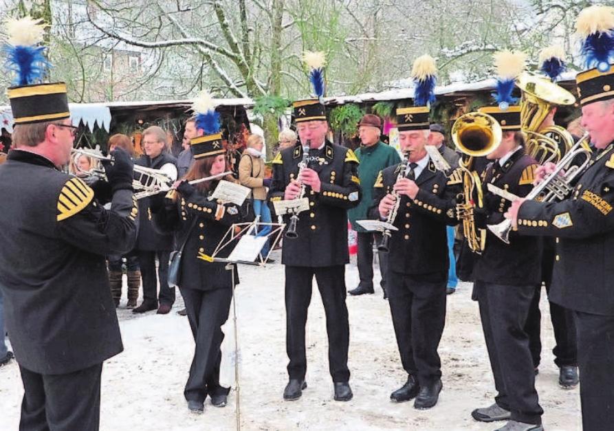 Die Aktiven der Bergmannskapelle bereichern musikalisch die bergmännische Weihnacht in Stockheim. Fotos: Gerd Fleischmann