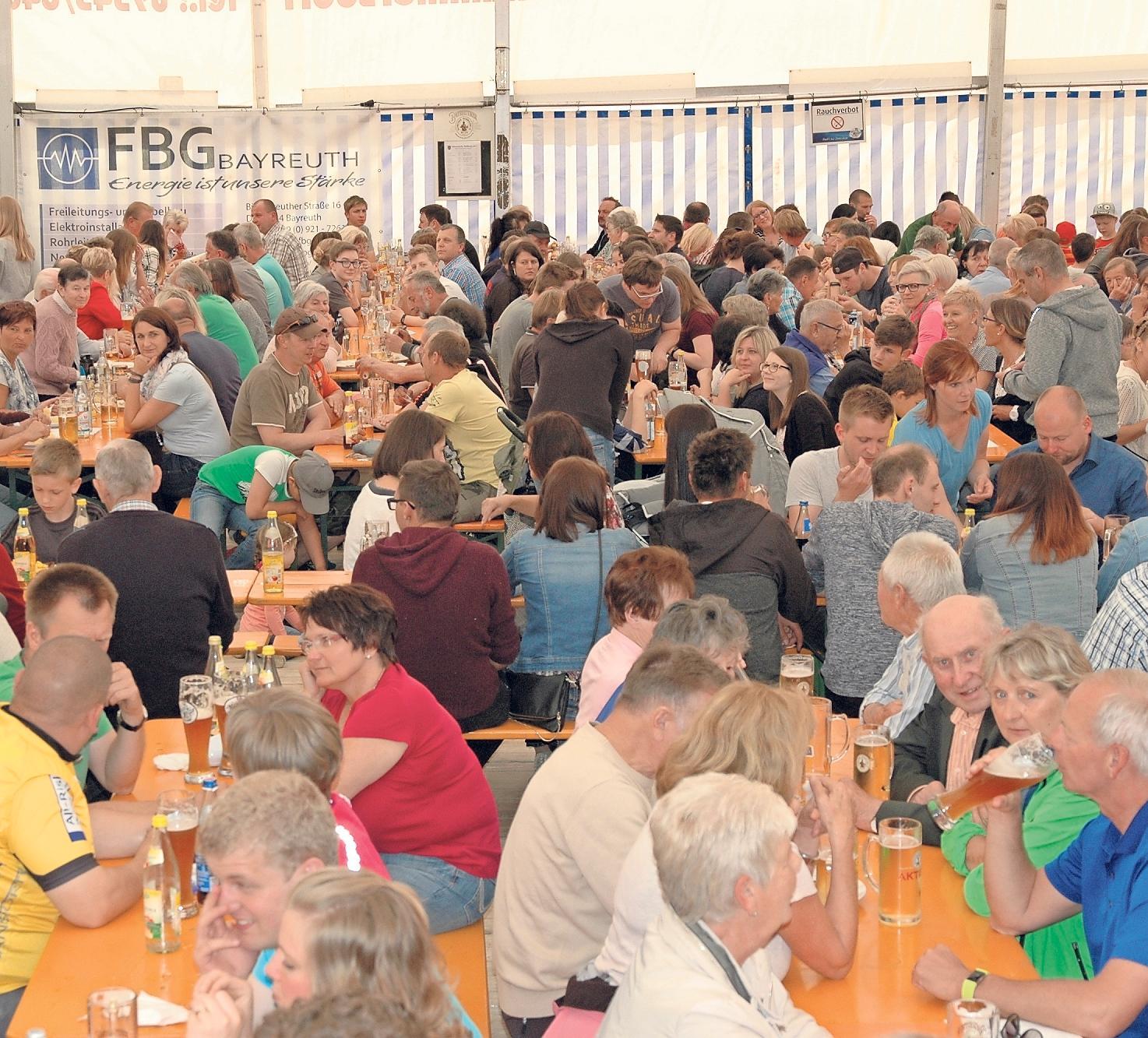 Zur Krenfleischkerwa am Donnerstag ist das Festzelt in Körzendorf voll besetzt. Fotos: Dieter Jenß