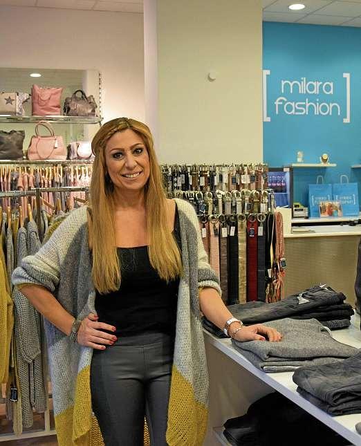 Özlem Tamer heißt die Kunden in der weihnachtlich geschmückten Atmosphäre von milara fashion willkommen. FOTO: FSCH
