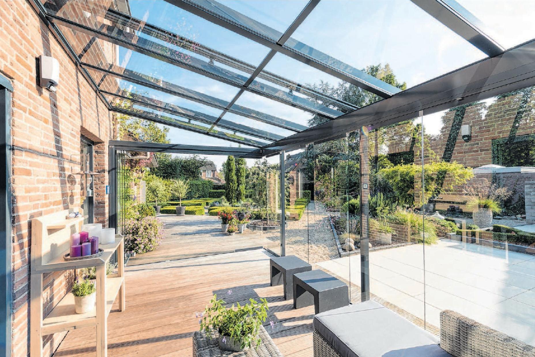 Ein Terrassendach von Romer-Sonnenschutz schafft Sommerfeeling 365 Tage im Jahr. Fotos: Romer