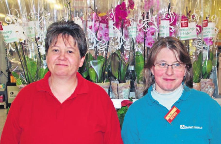 Freuen sich auf den Besuch vieler Kunden zum Blumenverkauf am 10. Mai und 11. Mai ab 9 Uhr. Marktleiterin Corinna Drechsel (links) und Floristin Pamela Bär (rechts). Foto: wb