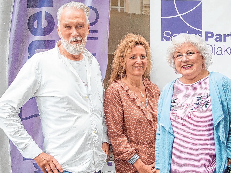 Marion Rinck (Mitte) freut sich, dass sich Brigitte Gaedike und Arne Cartens seit Jahren beim ehrenamtlichen Besuchsdienst engagieren Foto: Umsorgt wohnen